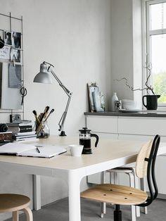 BEKANT konferensbord, vitt/björkfaner, KULLABERG arbetsstol i äldre industristil med modern funktion. De stapelbara pallarna FROSTA utgör extra sittplatser runt bordet (de vita pallarna är DIY målade) TERTIAL Arbetslampa, GRUNDTAL S-krok, FULLFÖLJA sax, ENSIDIG vas, UPPHETTA kaffe/tepress, IKEA 365+ skål.