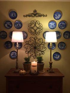 Inspiration Wand, Interior Inspiration, Plate Wall Decor, Plates On Wall, Copenhagen Christmas, Hanging Plates, House Plants Decor, Plate Display, Christmas Plates
