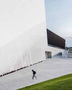 Saucier + Perrotte Architects design for the Complexe Sportif Saint-Laurent wins the American Architecture Prize for Recreational Architecture Architecture Design, Contemporary Architecture, Saint Laurent, Sports Complex, Black Exterior, Zaha Hadid, Photos, Pictures, Saints