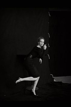 Nina Hoss    Kleid mit breitem U-Boot-Ausschnitt, von Dior. Gürtel: privat. Lackpumps: Christian Louboutin.