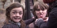 Maisie Williams and Isaac Hempstead Wright on the set of Game of Thrones season OMG se ven tan pequeños. Arte Game Of Thrones, Game Of Thrones Cast, Game Of Thrones Funny, Maisie Williams, Got Merchandise, Game Of Thrones Merchandise, Isaac Hempstead Wright, Serie Got, Film Serie