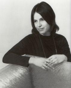 Eva Hesse (11 de enero de 1936 - 29 de mayo de 1970), post minimal art ,(dentro de la tendencia de arte procesual) fue una escultora estadounidense nacida en Alemania, conocida por su trabajo pionero en materiales como el látex, la fibra de vidrio y el plástico
