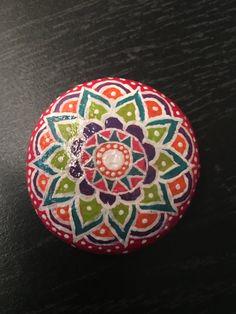 Mandala de piedra pintadas por PandaXpressions en Etsy
