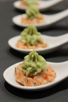 On the day menu: salty cocktail skewers and avocado cream - Recipes - Aperitif spoons n glasses - noel Grilling Recipes, Raw Food Recipes, Appetizer Recipes, Appetizers, Avocado Creme, Healthy Cocktails, Party Dishes, Cream Recipes, Finger Foods