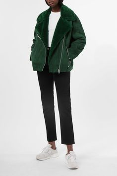 <p>The Nora Jacket keeps you warm with its fine imitation fur lining. This boxy biker- style jacket has a collar with big lapels, a diagonal zipper in shin