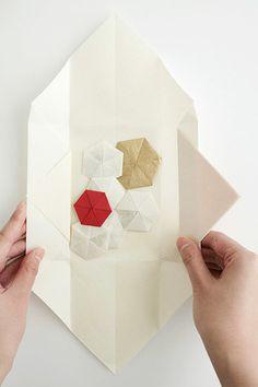 文に香を焚きこんで贈るという、平安時代の雅な貴族文化にならって、心をこめて折り上げられた「折形文香」です。手紙の中にそっとしのばせてみて。