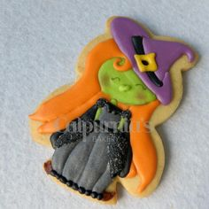 Witch decorated cookie Halloween Biscuits, Halloween Cookies, Biscuit Cookies, Sugar Cookies, Royal Icing, Cookie Decorating, Witch, Bakery, Desserts