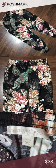 """Boston Proper Floral Paisley Ankle Jogger Pants S Boston Proper Floral Paisley Print Faux Silk Black Ankle Pull On Jogger Pants w/ pockets. Small. Great Condition! 30"""" Waist, 29"""" inseam, 8"""" rise. Boston Proper Pants Ankle & Cropped"""