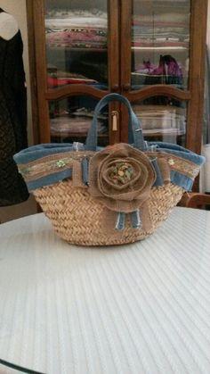 Capado forrado y decorado a mano Ethnic Bag, Straw Handbags, Beach Bags, Basket Bag, Denim Bag, Beautiful Bags, Fabric Art, Straw Bag, Coin Purse