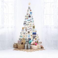 Nydelig, enkelt juletre: postkort på veggen og pakker på gulvet! // Beautiful, simple christmas tree: cards on the wall and gifts on the floor! #christmas #inspiration #tree #simple #white #christmascards #smallspaceliving Photo via linkdeco.se #Padgram
