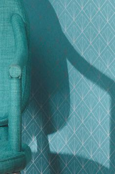 The colour turquoise is mood-enhancing, it's fresh and clean, it clears the thoughts and promotes communication. The interplay of the geometric Art Deco pattern with its silver shimmer lends our model Catriona its elegant note.  #interiordesign #wallpaper #turquoisewallpaper Turquoise Wallpaper, Turquoise Walls, Motif Art Deco, Art Deco Pattern, Geometric Art, Pattern Wallpaper, Aluminium, Cool Stuff, Elegant