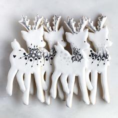 Cute reindeer cookies getting us into the holiday spirit. Noel Christmas, Christmas Goodies, Christmas Treats, Christmas Baking, Simple Christmas, Christmas Cakes, Christmas Sugar Cookies, Holiday Cookies, Christmas Biscuits
