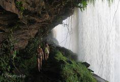 paseo desde el interior del Salto del Sapo, parque nacional de Canaima, estado Bolivar