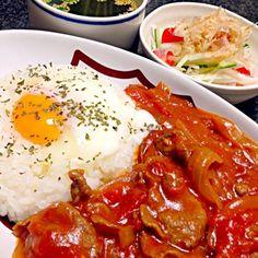 喫茶店のハヤシライスが食べたーーーーーい!!! って事で今宵はハヤシライス …以前、トマトジュースで作った時は何かが足りず…(*?ε?*)  今回はトマト缶を使ってみたらコクが出て求めている味に♪ もちろん温玉はの上にぽとり♡ サラダ…大根•きゅうり•ミニトマト野菜室にあったもの スープ…市販のわかめスープ いただきます 2013.10.08(火)夕飯 - 233件のもぐもぐ - ハヤシライス(に温玉のせ)・野菜サラダ・わかめスープ by masumi0706