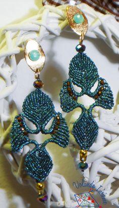 orecchini realizzati da Volando Insieme con la tecnica del macramè e del margarete.