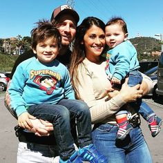 On June Lionel Messi is going to marry in his hometown with Antonello Roccuzzo. Leo Messi have invited entire team mates of Barcelona along for the Antonella Roccuzzo, Messi Art, Lionel Messi Biography, Rugby, God Of Football, Football Quotes, Football Stuff, Lionel Messi Family, Leo