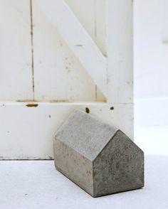 huisje van beton als deurstopper
