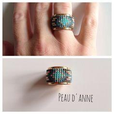 Bague tissée de fines perles miyuki turquoise , bleu , champagne et gris foncé . Elle est ajustable suivant votre doigt et est en métal doré Nous vous conseillons de ne pas l - 16047072 Bead Loom Bracelets, Beaded Jewelry Designs, Jewelry Patterns, Diy Jewelry, Jewellery, Initial Earrings, Bead Embroidery Jewelry, Bracelets, Necklaces