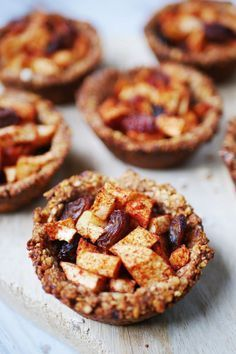 mini gezonde appeltaart met havermout Healthy Bars, Healthy Baking, Healthy Desserts, No Bake Desserts, Dessert Recipes, Happy Foods, Low Carb Breakfast, Love Food, Sweet Recipes