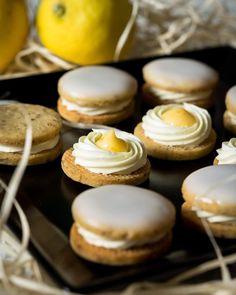 Arašídová kolečka se slaným karamelem - Víkendové pečení Eclairs, Cookies, Drinks, Crack Crackers, Drinking, Beverages, Biscuits, Drink, Cookie Recipes