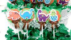 Topper para doces - Tema Dinossauro bebê    Topper personalizado em alto relevo com haste e lacinho.    *Nesse mesmo tema, também fazemos: Convites, Forminhas, Lembrancinhas em geral, Adesivos, Tags e etc.    Tamanho aproximado:  *Largura: 5cm  *Comprimento: 12cm    O prazo de produção é de 5 dia...