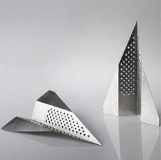 De Pippo kaasrasp in de vorm van een papieren vliegtuigje is een leuke manier om kaas te serveren.Prijs: 35 euro via webshop I/Object