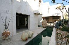 philip dixon / moroccan garden in venice california Exterior Design, Interior And Exterior, Venice Beach House, Dixon Homes, Riad Marrakech, Piscina Interior, Pool Water Features, Beautiful Places, Beautiful Homes