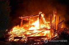 불 타는 정읍 내장사 대웅전 : 31일 오전 2시10분께 전북 정읍시 내장산동 내장사에서 불이 나 대웅전 89㎡가 모두 불에 탔다.