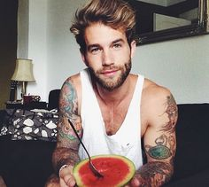 Ladies and gentlemen, please introduce yourself to German model Andre Hamann. Andre Hamann, Gq, Selena Gomez, Tattoo Perna, Eat Fruit, Beard Tattoo, Attractive People, Good Looking Men, Pretty People