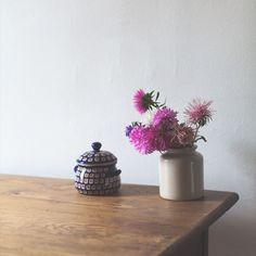 Jesienne kwiaty autumn flowers 🌹🌺🌿 #retro #interior #design #wystrójwnętrz #renowacja #renovation #interiordesign #interieurstyling #vintagestyle #vintage #interieur #meblezodzysku #furniturerenovation #drewno #wood #kraków #stół #oldtables #oldwood #flowers #kwiaty #wazon #astry #vase #nielubiepolitury #autumn #jesień #porcelana #porcelanabolesławiec #boleslawiecporcelain
