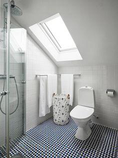 Välskött 1950-talsvilla med underbar trädgård nära Härlanda tjärn - Stadshem Interior Inspiration, Toilet, Bathtub, Bathroom, House, Standing Bath, Washroom, Flush Toilet, Bathtubs