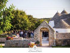 La Puglia è la regione dei trulli, con l'iconica città di Alberobello. In Puglia, tutto parla di storie passate, di autentiche tradizioni, con i simbolici trulli. La pietra viva, il tetto conico, le mura imbiancate, ti consentiranno di vivere un'esperienza straordinaria, da provare una volta nella vita. L'autenticità pugliese si sposa con le bellissime masserie della zona, per vivere un evento indimenticabile. Leggi l'articolo completo su www.ilmatrimonioinpuglia.it Cabin, Magazine, House Styles, Wedding, Home Decor, Valentines Day Weddings, Decoration Home, Room Decor, Cabins