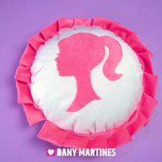 """9,160 Me gusta, 26 comentarios - Dany Martines (@danymartines) en Instagram: """"Que tal uma almofada super fofa da Barbie pra decorar seu quarto? Eu amei o resultado, e vc com…"""" Barbie Dolls, Diy, Instagram, Ideas, Cute, Throw Pillows, Bedroom, Appliques, Bricolage"""