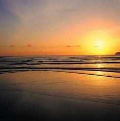 Qué bonitos son los atardeceres junto al mar!!  Atardecer en Caravia by Comarca del Sueve, via Flickr