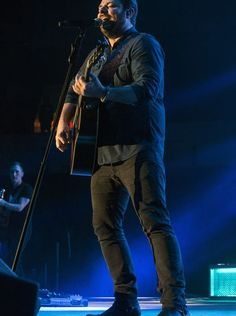 Chris Young grabs a guitar and wows the crowd during
