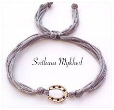 """Bracelet porte bonheure """"Fer à cheval"""" (cordon satin gris) . Bracelet de l'amitié, de l'amour à offrir ou s'offrir... : Bracelet par perles-et-couronnes"""