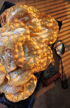 Oreilletes   É uma variedade de massa de pastel, fina e crocantes, cortada no comprimento e geralmente polvilhada com açúcar.   É uma sobremesa original do Languedoc, da Provence, um dôce de carnaval, o que representa o pão rico para marcar o fim da Quaresma.   Ela também é encontrada entre as tradições de Natal e degustada qualquer forma, ao longo de todo o ano.   Variedades semelhantes existem em muitas regiões francesas.  receita: http://cestmaprovence.blogspot.com.br/p/oreillettes.html