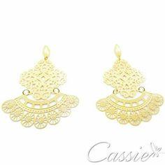 Brinco Sharmila folheado a ouro com garantia. Leve e na moda!!  Confira outros modelos www.cassie.com.br ❤⚫⚫⚫⚫⚫⚫⚫⚫⚫⚫⚫❤ Cadastre seu email e receba ofertas exclusivas.  ❤⚫⚫⚫⚫⚫⚫⚫⚫⚫⚫⚫❤ #Cassie #semijoias #acessórios #moda #fashion #estilo #inspiração #tendências #trends #brincos #aneldefalange #love #pulseirismo #zircônias #folheado #dourado #colar #pulseiras #berloques #coroa #charms #maxibrinco #anellove