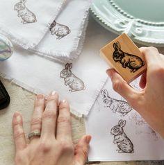 J'ai remarqué que nos étampes ne servaient pas souvent. Le magasin Michaels propose un projet pour les utiliser sur du tissus, j'ai trouvé que c'était une bonne idée ! Matériels : Tissu Ciseaux Papier brouillon Règle Fer à repasser Boulon miniature en...