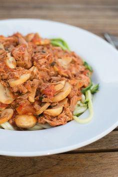 Courghetti met tonijnbolognese (3 personen): 2 courgettes - 2 blikjes tonijn op water - 1 blik tomatenblokjes (400 gr) - 250 gr champignons - 1 ui - 2 teentjes knoflook - 1 theelepel cayennepeper - 1 handvol verse basilicum - peper en zout