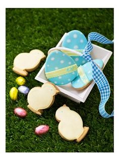Cute Easter cookies are a great alternative to a chocolate egg. Learn how to decorate and personalise your own cookies at Squires Kitchen International School.