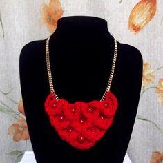Collar 8: Lana roja, punto cocodrilo. Ch$4.000.