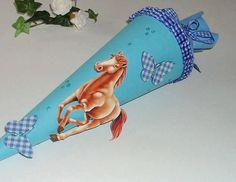 Eine süße kleine Geschwistertüte für das Brüderchen oder Schwesterchen zum Schulanfang.  Die Tüte ist aus blauem Kartonpapier, abgeschlossen mit blaue