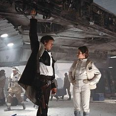 On the breathtaking Rebel Base hangar set built on the then recently opened STAR WARS STAGE at Elstree, circa Summer Irvin Kershner directs Harrison Ford and Carrie Fisher by the Millennium Falcon Han Solo Leia, Han And Leia, Star Wars Cast, Star Trek, Carrie Fisher Harrison Ford, Cuadros Star Wars, Solo Photo, The Empire Strikes Back, Love Stars