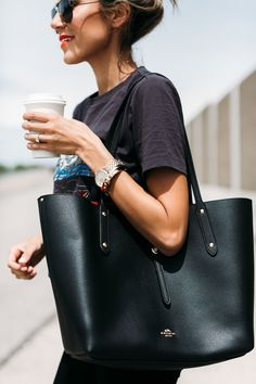 17 Chic Tote Bags for Work Finding the perfect work bag for your daily commute can be surprisingly difficult! It needs to be a bag that's both practical and can still dress up an outfit. We've made finding that bag… View Post Handbags On Sale, Purses And Handbags, Tote Handbags, Popular Handbags, Coach Handbags, Sac College, Bag Sewing, Work Bags, Fashion Handbags