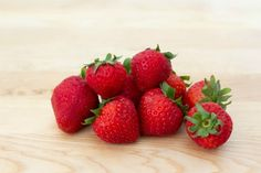 Easy Homemade Strawberry Syrup (with video) Strawberry Syrup Recipes, Lemon Syrup, Homemade Syrup, Fall Cakes, Dessert Sauces, Strawberries, Delicious Desserts, Breakfast Recipes, Sweet Tooth