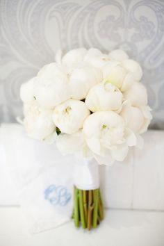Ramo de novia con blancas peonías.¡Todo un símbolo de romanticismo!