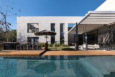 Villa con patio e piscina a Tel Aviv by Neuman Hayner Industrial House, Modern Industrial, L Shaped House, Rue Verte, Monochrome Interior, Interior Design, Interior Modern, Indoor Outdoor, Outdoor Seating