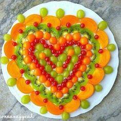 Heart fruit platter welcome Valentine Desserts, Valentines Day Food, Deco Fruit, Fruit Creations, Food Garnishes, Food Decoration, Best Fruits, Creative Food, Fruit Salad