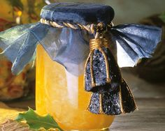 Sommerliche Mango-Kokos-Konfitüre mit Kokoslikör: http://eatsmarter.de/rezepte/kokos-mango-likoer